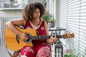 Angela am Gitarre spielen.